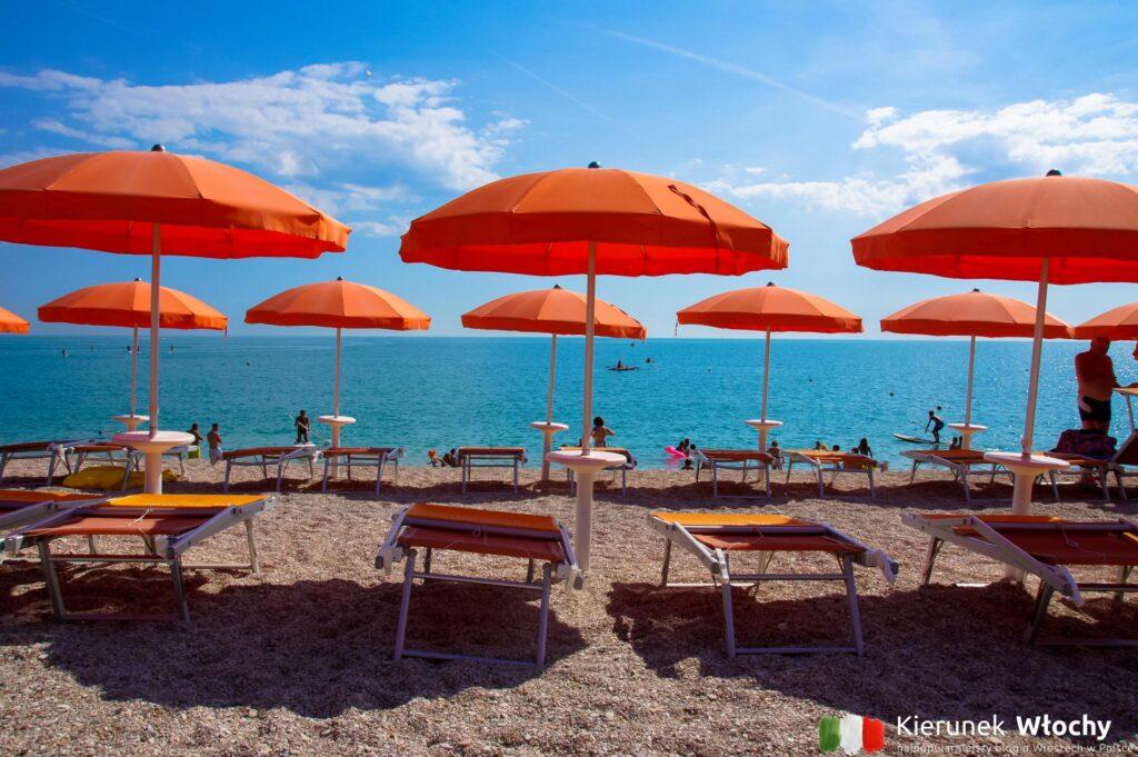 w cenie noclegu mieliśmy leżaki w trzecim rzędzie na plaży, noclegi we Włoszech (fot. Łukasz Ropczyński, kierunekwlochy.pl)