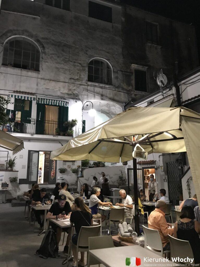 życie nocne w Vietri sul Mare, Wybrzeże Amalfi, Włochy (fot. Ł. Ropczyński, kierunekwlochy.pl)