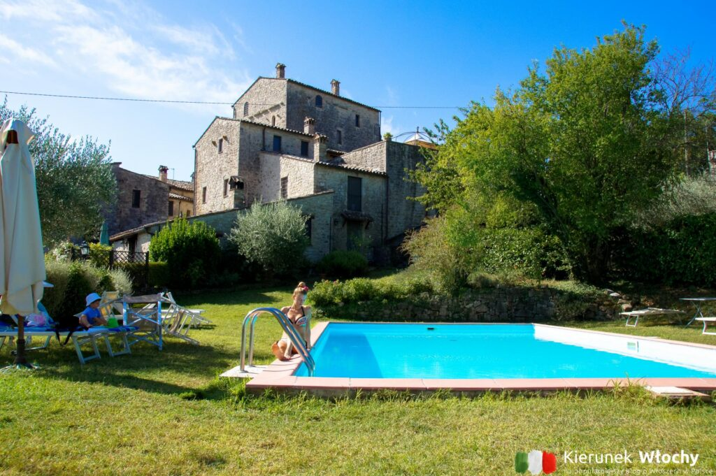 basen przy apartamencie Novasol w Umbrii, sprawdzone noclegi we Włoszech (fot. Łukasz Ropczyński, kierunekwlochy.pl)