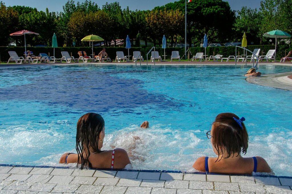 Camping Village Miramare znajduje się zaledwie 900 m od przystani tramwajów wodnych ACTV pływających do Wenecji
