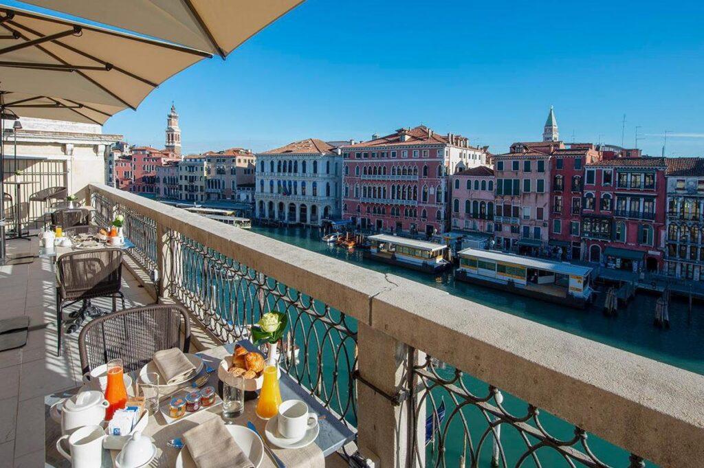 H10 Palazzo Canova**** tuż obok Mostu Rialto nad Canal Grande, noclegi w Wenecji