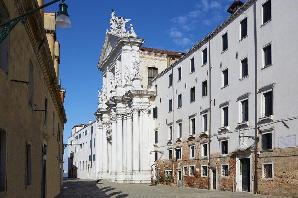noclegi w Wenecji znajdziesz także w niższych cenach, w Residenza Universitaria Gesuiti doba kosztuje 50 euro za pokój 2-osobowy