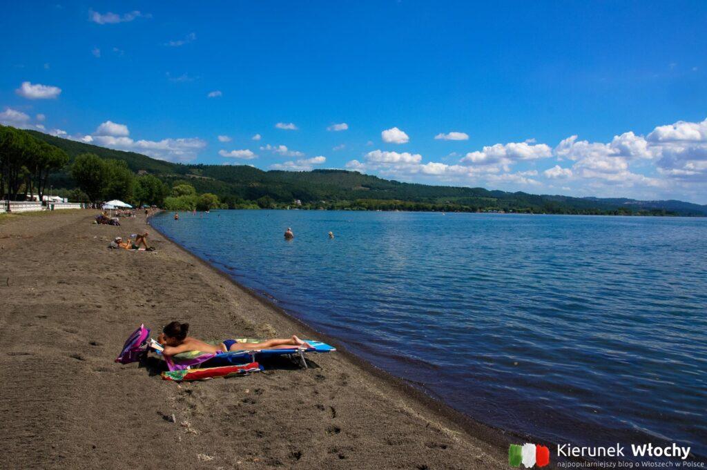 plaża nad jeziorem Bolsena, Włochy (fot. Łukasz Ropczyński, kierunekwlochy.pl)