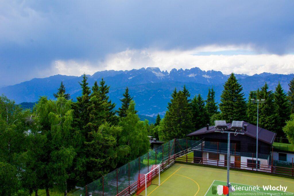 widok z balkonu w naszym hotelu, noclegi we Włoszech (fot. Łukasz Ropczyński, kierunekwlochy.pl)