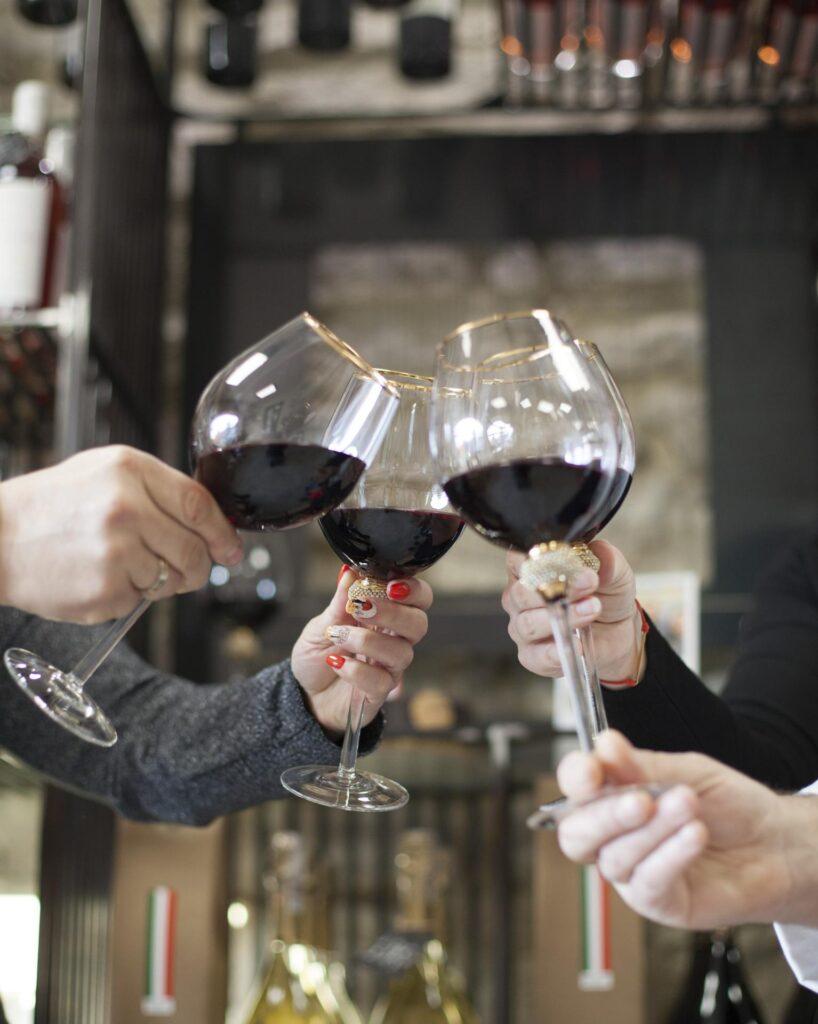znajdziesz tu wino Alchimia ze szczepu Syrah, dzięki któremu zaskoczysz gości wyjątkowym trunkiem