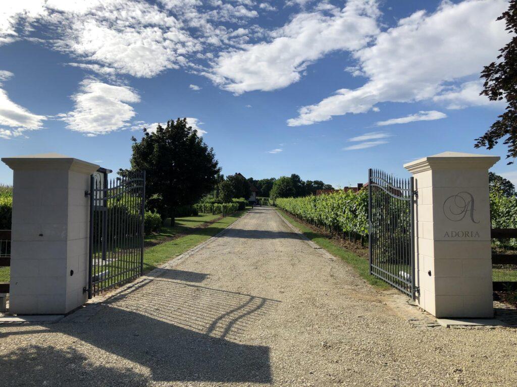 brama wjazdowa do winnicy Adoria