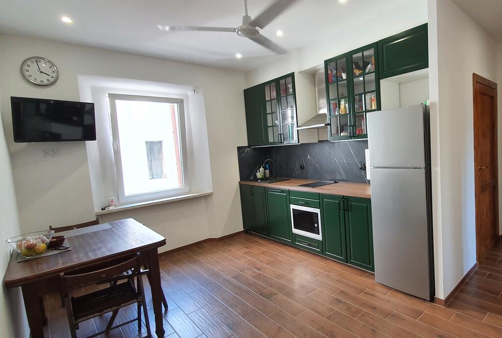 W apartamencie znajdują się trzy niezależne pokoje - każdy z prywatną łazienką i wspólna kuchnia