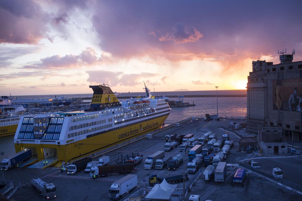 W pobliżu znajduje się port, z którego odpływają m.in. promy na Sardynię
