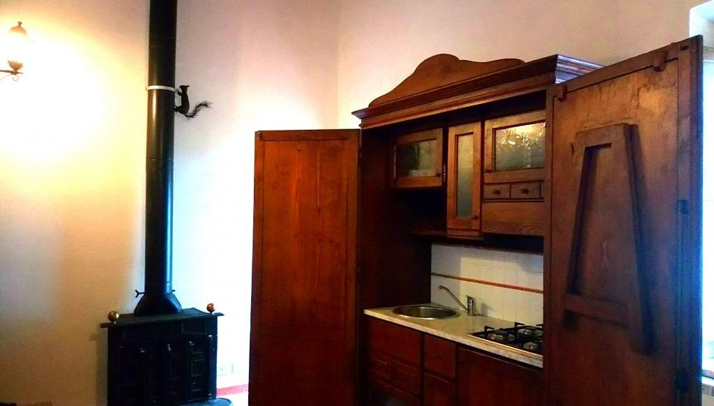 wszystkie apartamenty posiadają w pełni wyposażoną kuchnię z kominkiem, łazienkę i jedną lub dwie sypialnie