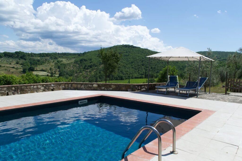 do dyspozycji gości jest basen, przy którym każdy apartament ma oddzielną altanę z leżakami