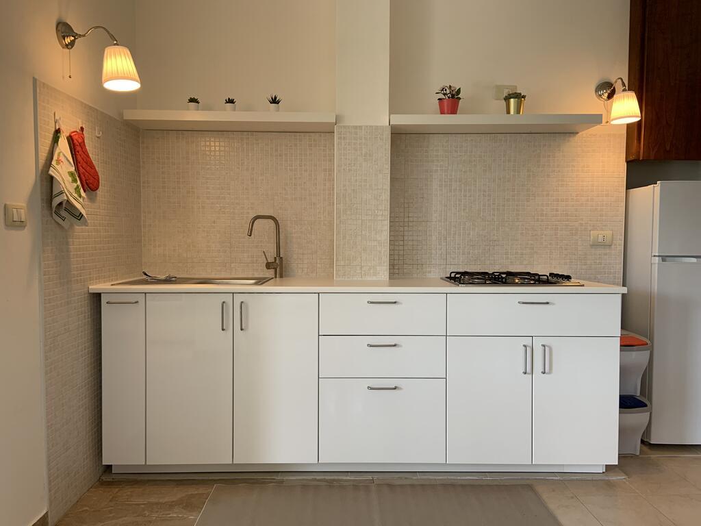 Obydwa apartamenty dysponują kuchnią, łazienką, salonem i sypialnią