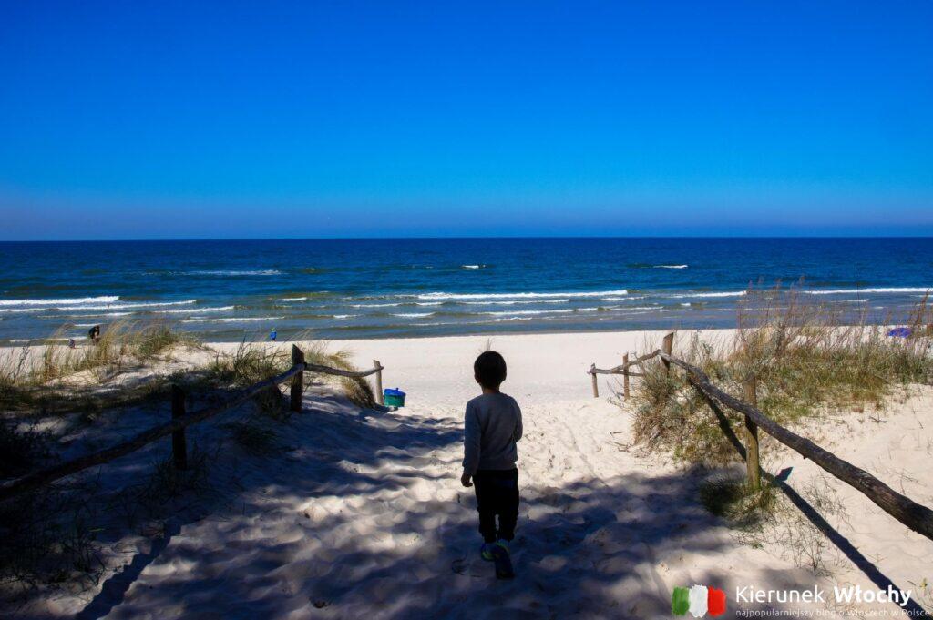 Natan pierwszy biegnie na plażę w Grzybowie (fot. Łukasz Ropczyński, kierunekwlochy.pl)