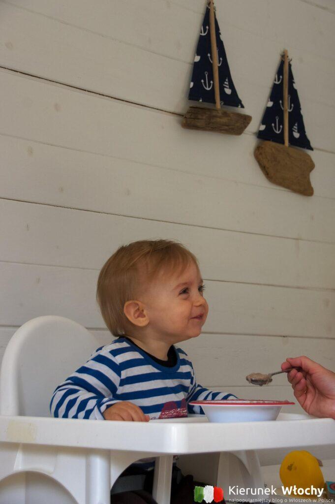 jeśli - tak jak my - jedziecie z małym dzieckiem, to w domku jest m.in. krzesełko i łóżeczko (fot. Łukasz Ropczyński, kierunekwlochy.pl)