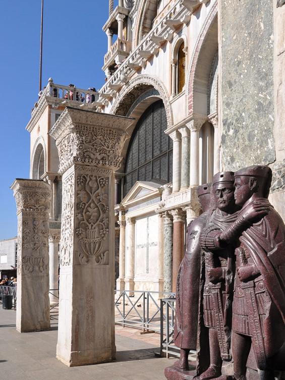 Wenecjanie znają tę czwórkę jako czterech złodziei, skamieniałych w świętokradczym akcie zbezczeszczenia cennych dóbr wewnątrz bazyliki.