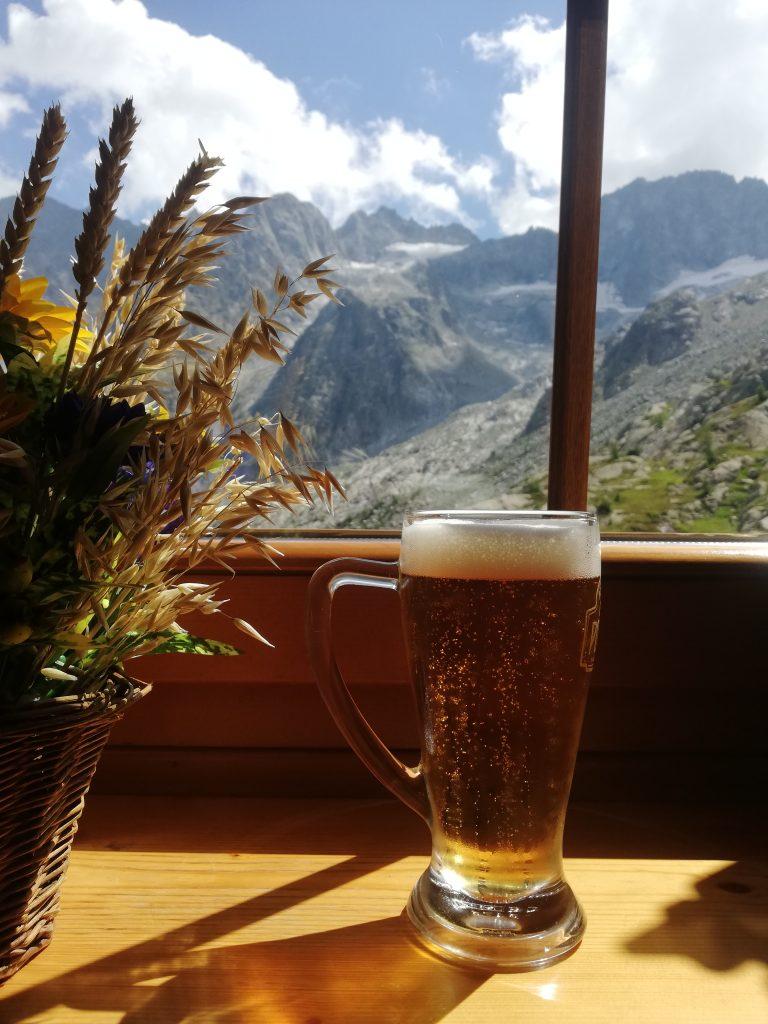 wysoko w górach znajdują się malgi, czyli górskie chaty, w których można zjeść lokalne przysmaki albo napić się zimnego piwa