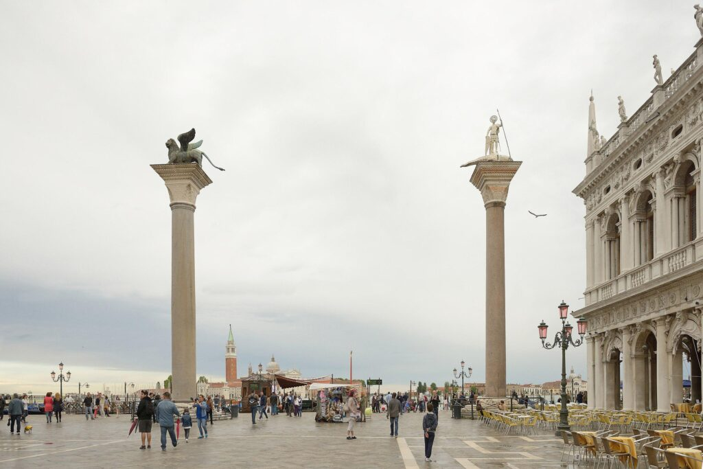 Św. Marek i Św. Teodor obserwują turystów przybywających do Wenecji od strony przystani z dwóch wysokich kolumn (fot. Iga Olechowska)