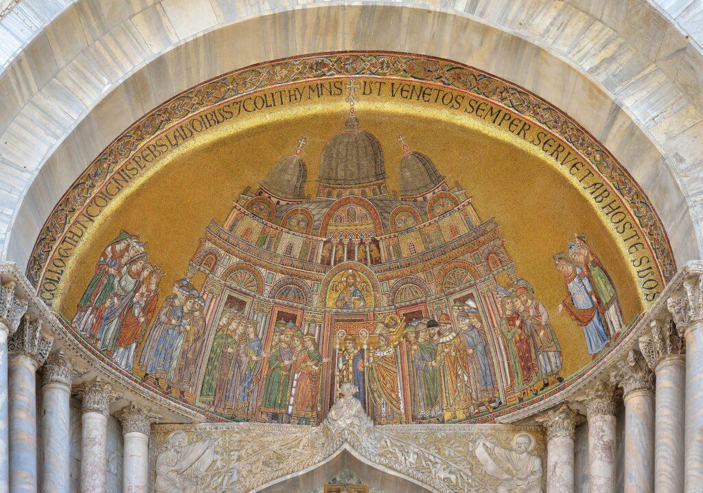 najstarsza mozaika na fasadzie Bazyliki św. Marka. Mozaika pokazuje fasadę bazyliki z XIII w. wraz procesja wnoszącą do świątyni sarkofag z ciałem świętego