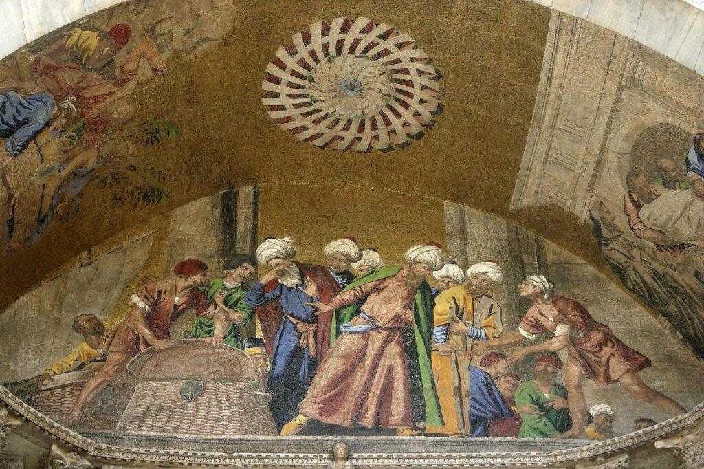 mozaika na fasadzie bazyliki przedstawiająca osoby w arabskich strojach, które zdegustowane zaglądają do wnętrza skrzyni (fot. Iga Olechowska)