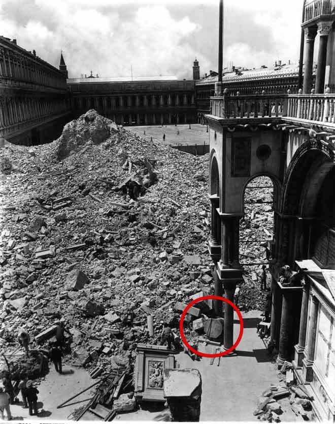 14 lipca 1902 r., gdy zawaliła się dzwonnica San Marco, Pietra del Bando ochroniła Bazylikę przed odłamkami