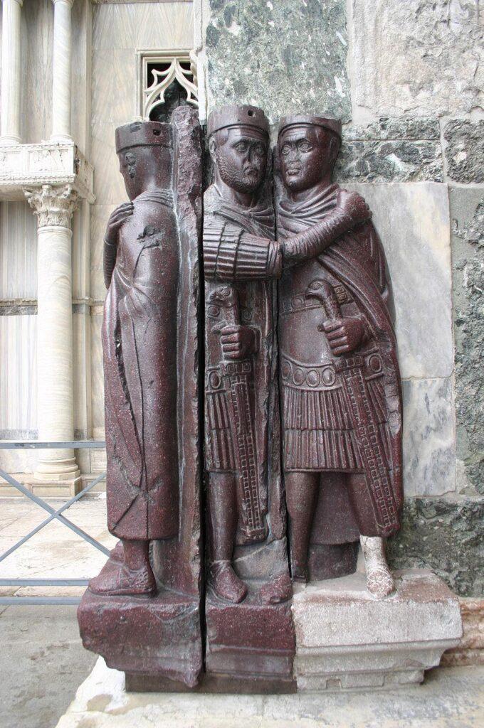 """""""Tetrarchowie"""" - rzeźba z ciemnoczerwonego, twardego porfiru z III-IV w."""