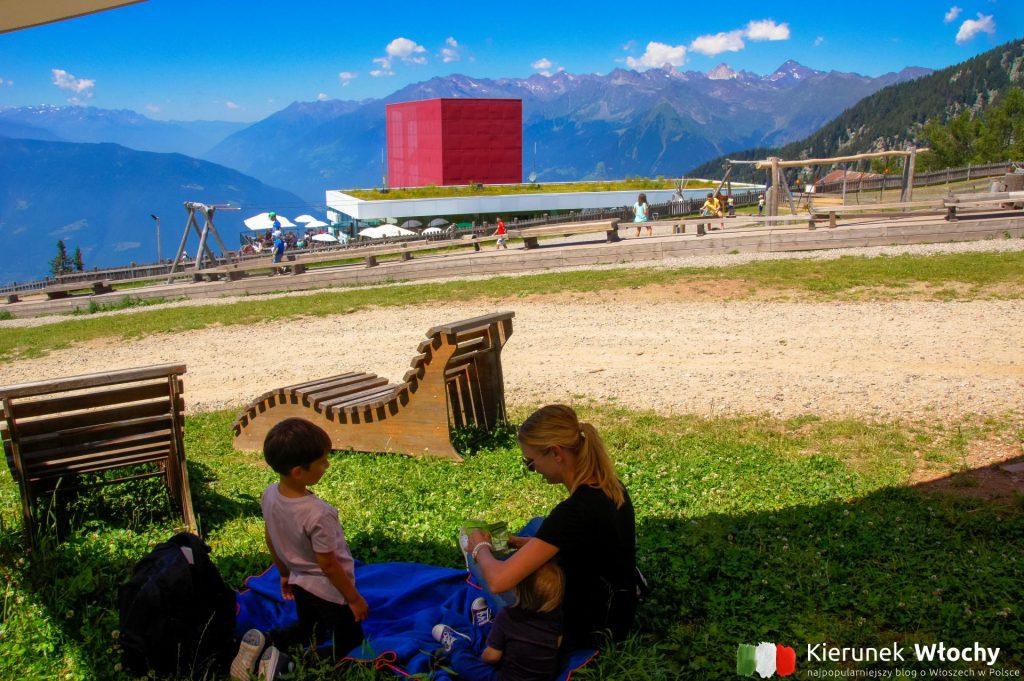 krótki odpoczynek w cieniu z takim widokiem, Południowy Tyrol (fot. Łukasz Ropczyński, kierunekwlochy.pl)