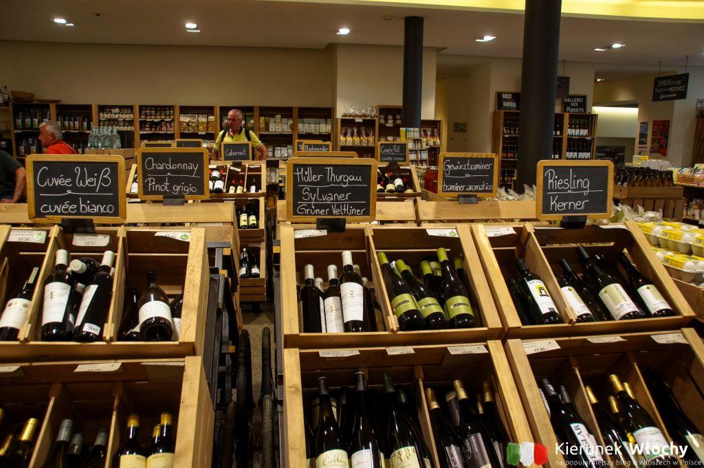Pur to sieć eleganckich delikatesów, w których możesz kupić tutejsze wina, a także inne lokalne przysmaki. Sklepy są w najważniejszych miastach Południowego Tyrolu. Można zrobić klasyczne zakupy albo usiąść przy stoliku na miejscu (fot. Łukasz Ropczyński, kierunekwlochy.pl)