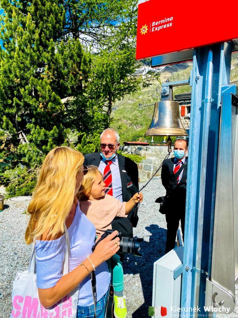 nasz dwuletni Milan daje sygnał do odjazdu Bernina Express na stacji kolejowej Alp Grüm w Szwajcarii na wysokości 2091 m n.p.m., w drodze do Włoch (fot. Łukasz Ropczyński, kierunekwlochy.pl)