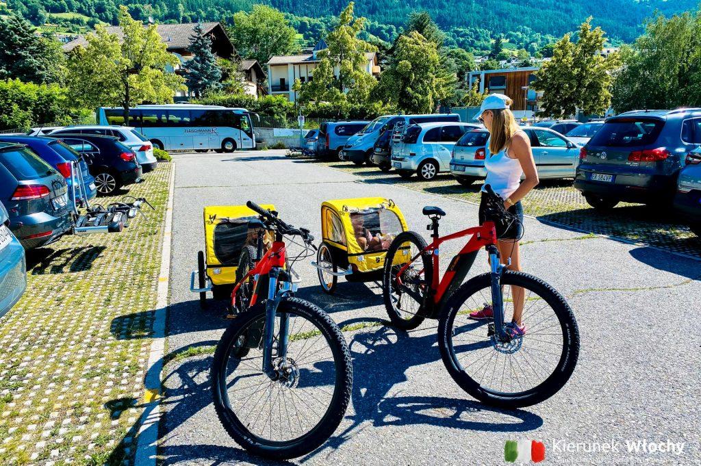 nasze rowery elektryczne przy stacji kolejowej w Malles, gdzie rozpoczęliśmy trasę, wakacje w Dolomitach (fot. Łukasz Ropczyński, kierunekwlochy.plo)