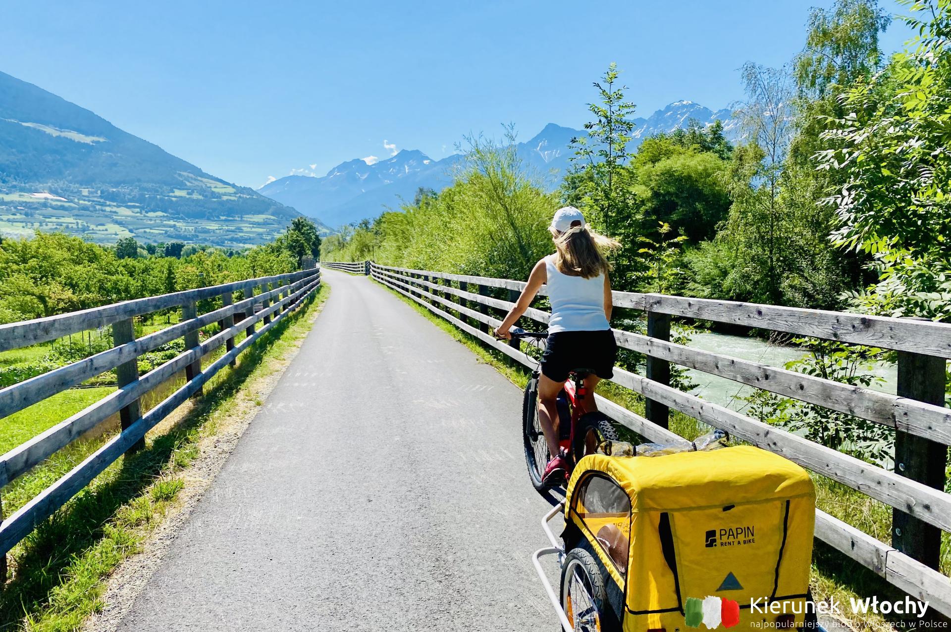 Gdzie jechać na rower do Włoch? Najlepsze trasy rowerowe w Dolomitach. Na zdjęciu Via Claudia Augusta, która częściowo biegnie wzdłuż rzeki Adygi - jedna z najsłynniejszych dróg rowerowych w Alpach (fot. Łukasz Ropczyński, kierunekwlochy.pl)