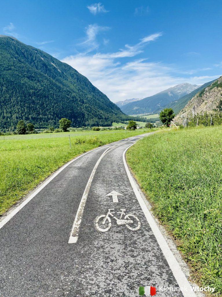 droga rowerowa pomiędzy Malles Venosta, a Glorenzą / Glurns, gdzie jechać na rower do Włoch? (fot. Łukasz Ropczyński, kierunekwlochy.pl)