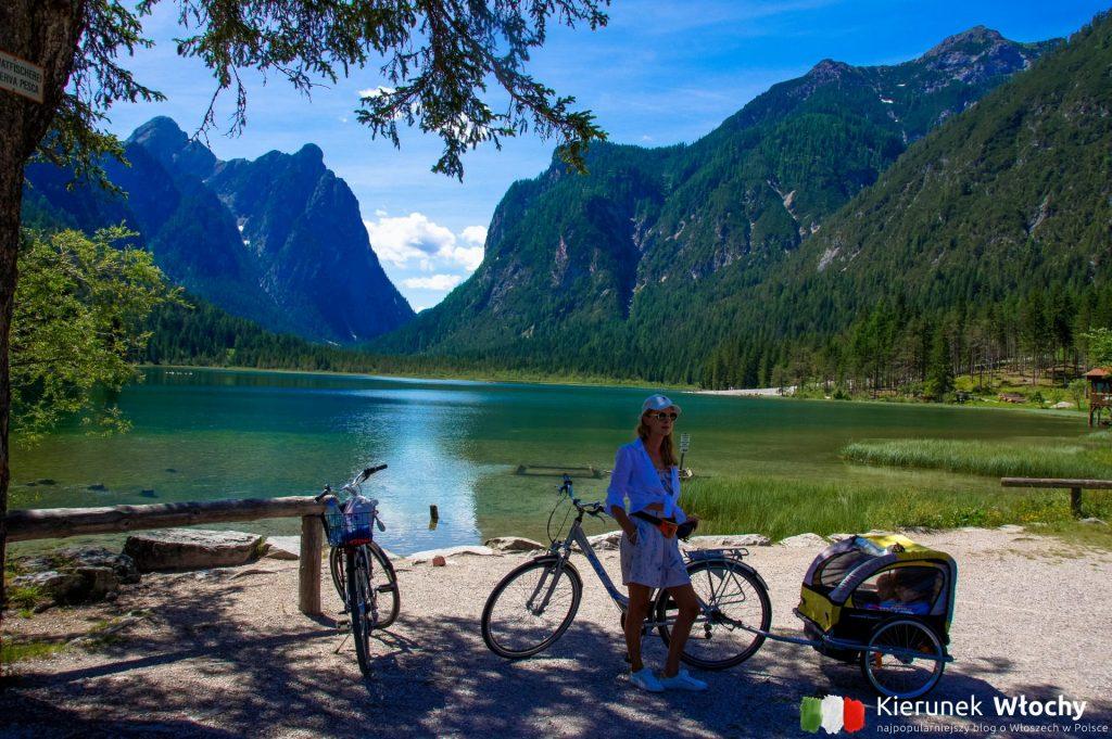 łatwą, rodzinną drogą rowerową jechaliśmy z Innichen / San Candido nad jezioro Toblacher See / Lago di Dobbiaco (fot. Łukasz Ropczyński, kierunekwlochy.pl)