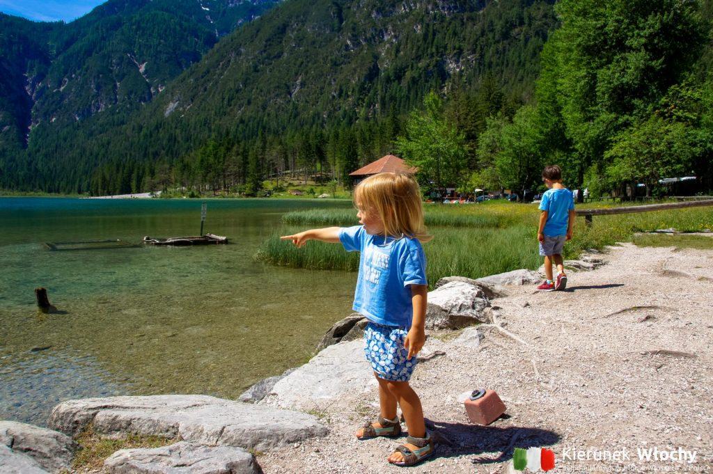wokół jeziora Lago di Dobbiacio biegnie ścieżka przyrodniczo-edukacyjna (fot. Łukasz Ropczyński, kierunekwlochy.pl)