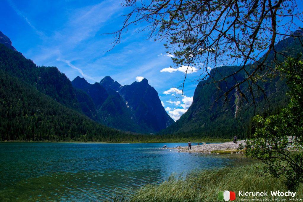 jezioro leży w dolinie Alta Pusteria na wysokości 1259 m n.p.m. (fot. Łukasz Ropczyński, kierunekwlochy.pl)