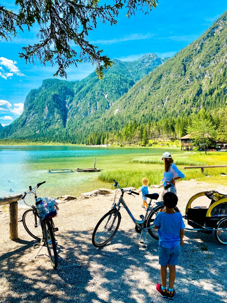 jezioro Toblacher See / Lago di Dobbiaco w Południowym Tyrolu (fot. Łukasz Ropczyński, kierunekwlochy.pl)