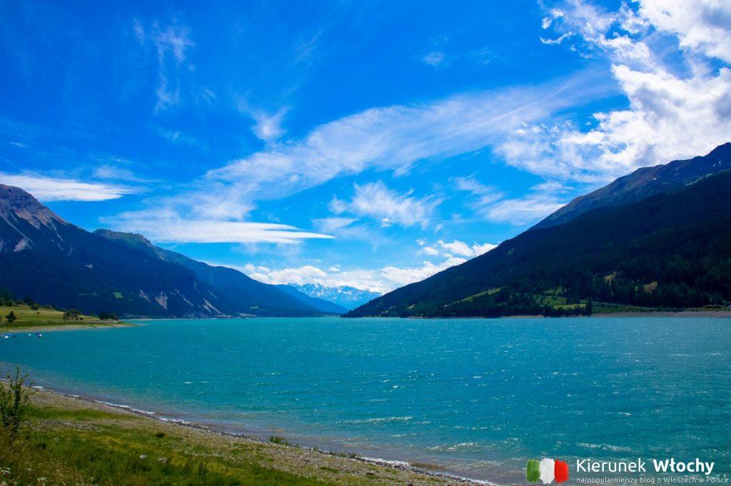 Jezioro Reschensee / Lago di Resia, wakacje w Dolomitach (fot. Łukasz Ropczyński, kierunekwlochy.pl)