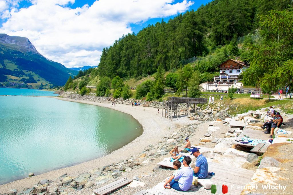 plaża w miejscowości Curon nad Lago di Resia, Południowy Tyrol (fot. Łukasz Ropczyński, kierunekwlochy.pl)