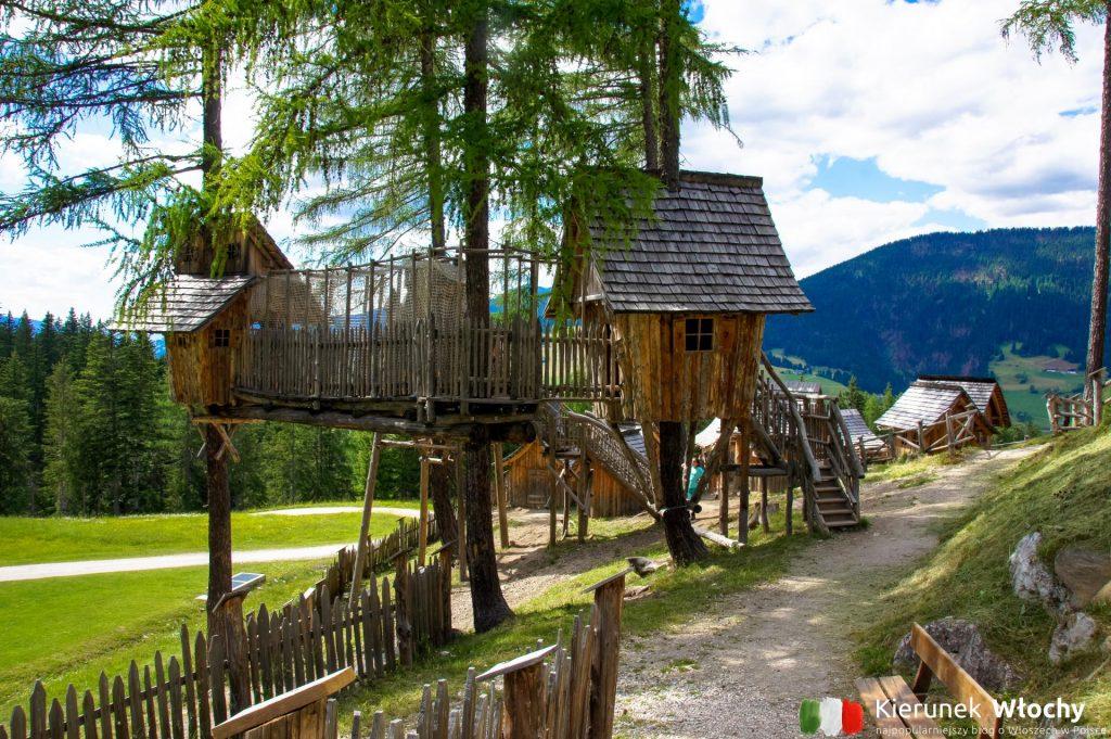 wioska gnomów pełna jest mostków, drewnianych chatek i kryjówek (fot. Łukasz Ropczyński, kierunekwlochy.pl)
