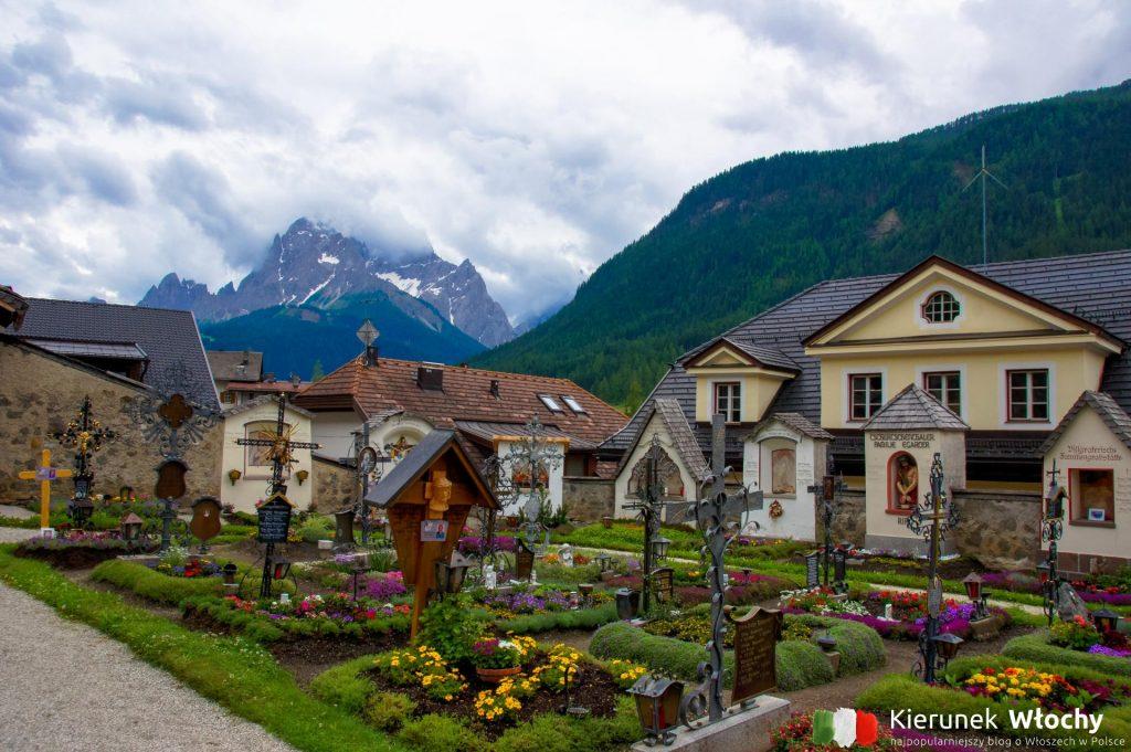 cmentarz wokół kościoła to charakterystyczny widok dla alpejskich miejscowości (fot. Łukasz Ropczyński, kierunekwlochy.pl)