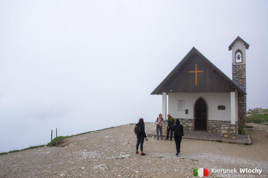 mały kościółek Cappella degli Alpini na szlaku wokół Tre Cime di Lavaredo (fot. Łukasz Ropczyński, kierunekwlochy.pl)
